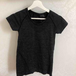 Tränings t-shirt från h&m! Säljer även en rosa😍