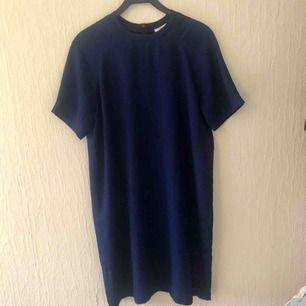 Blå klänning från Carin Wester. Köpt förra året. Dragkedja baktill.  Det är två små fläckar fram(se bild tre) men  knappt att man ser de.