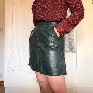 Mörkgrön miniskirt i fakeläder från Zara. Kjolen har fickor och kontrasterande dragkedja bak. Använd ett fåtal gånger och är i gott skick. Köparen står för frakt ⚡️