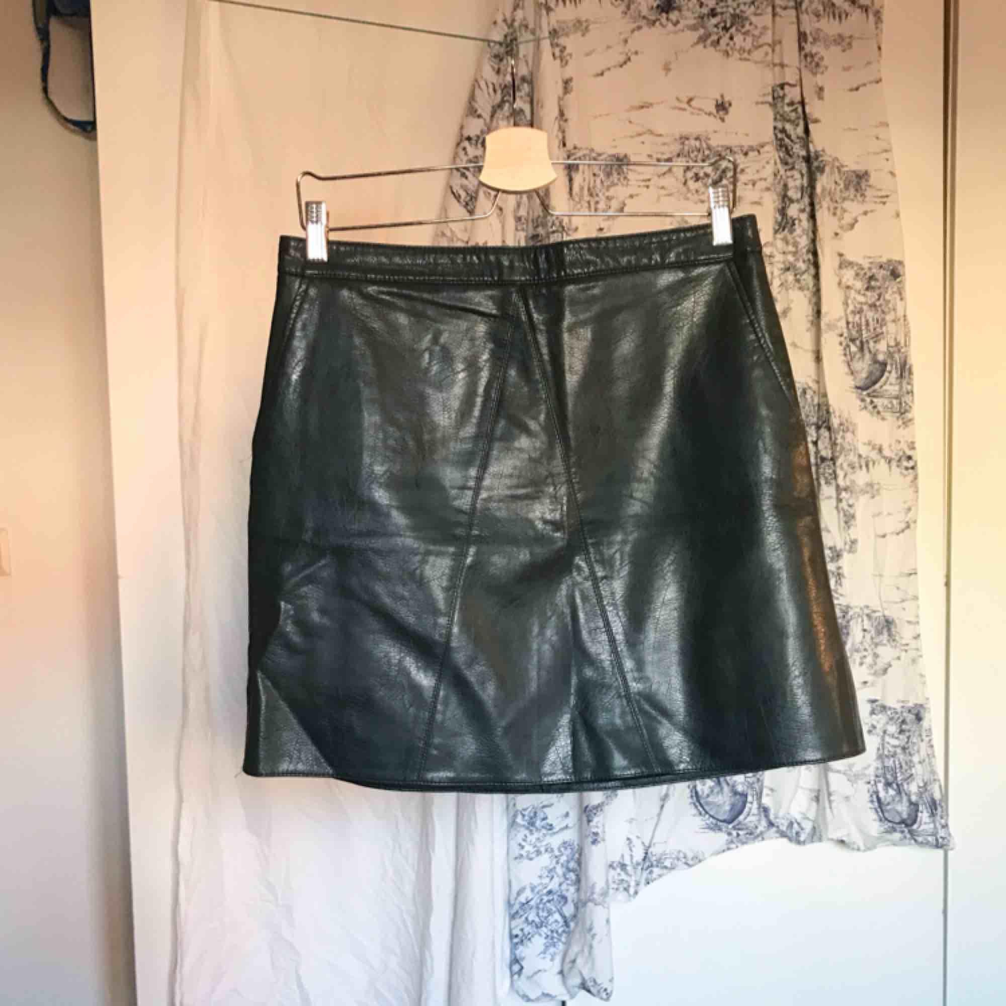 Mörkgrön miniskirt i fakeläder från Zara. Kjolen har fickor och kontrasterande dragkedja bak. Använd ett fåtal gånger och är i gott skick. Köparen står för frakt ⚡️. Kjolar.