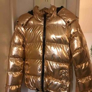 Jättecool guldig jacka i strl S, endast använd 1 gång! Så den är som ny✨ passar perfekt nu i höst & vinter! Köparen står för frakt på 63kr