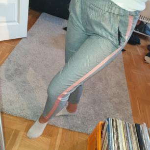 Rutiga byxor med rosa rand längs sidan. Bra skick, pris är diskuterbart 💖💖 fraktas eller möts upp