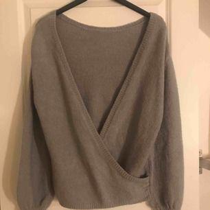 Stickad tröja med öppen rygg från Linn Ahlborgs kollektion med NAKD, storlek XXS men är mer som en XS/S. Knappt använd.