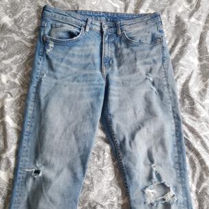 Ljus blåa jeans med slitningar från H&M🌵 Inte ofta använda och i jättebra skick!! Storlek 29 men passar som S/M. 170 kr plus frakt!