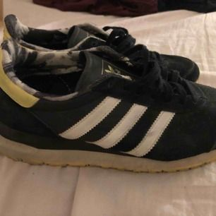 Adidas skor, använda fåtal gånger. Storlek 36 2/3. Skickad mot kostnad.