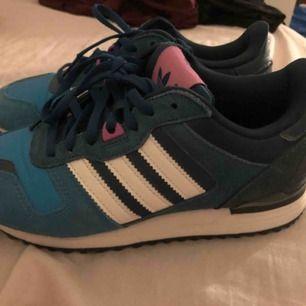 Adidas skor, använda vid ett tillfälle. Så gott som nya. Storlek 36. Skickas mot kostnad.