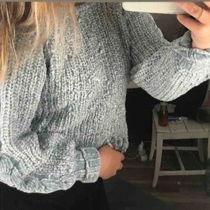 stickad tröja från newyorker, lite trådar som hänger men de är super lätt att fixa