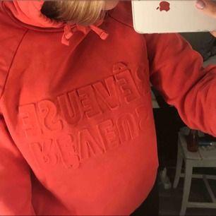 röd hoodie från gina, inte använd ofta alls