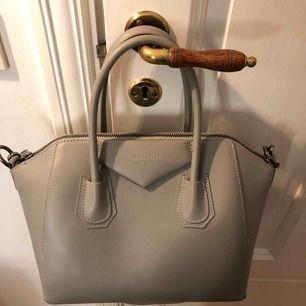 Helt oanvänd väska från chiquelle, köpt för någon månad sedan men aldrig kommit till användning. Den är i strl mini. Köpt för 1400. Priset går att diskuteras. Frakten står köparen för. Skicka ett meddelande vid intresse!