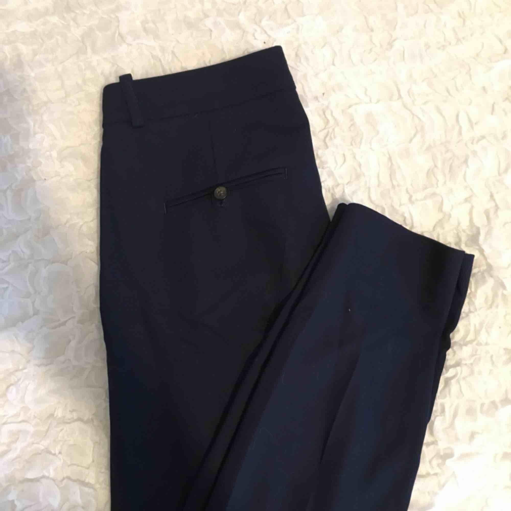Riktigt snygga marinblå kostymbyxor från Zara💛 säljes endast pga fel storlek, frakt tillkommer💌. Jeans & Byxor.