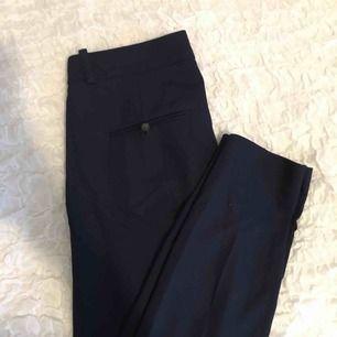 Riktigt snygga marinblå kostymbyxor från Zara💛 säljes endast pga fel storlek, frakt tillkommer💌