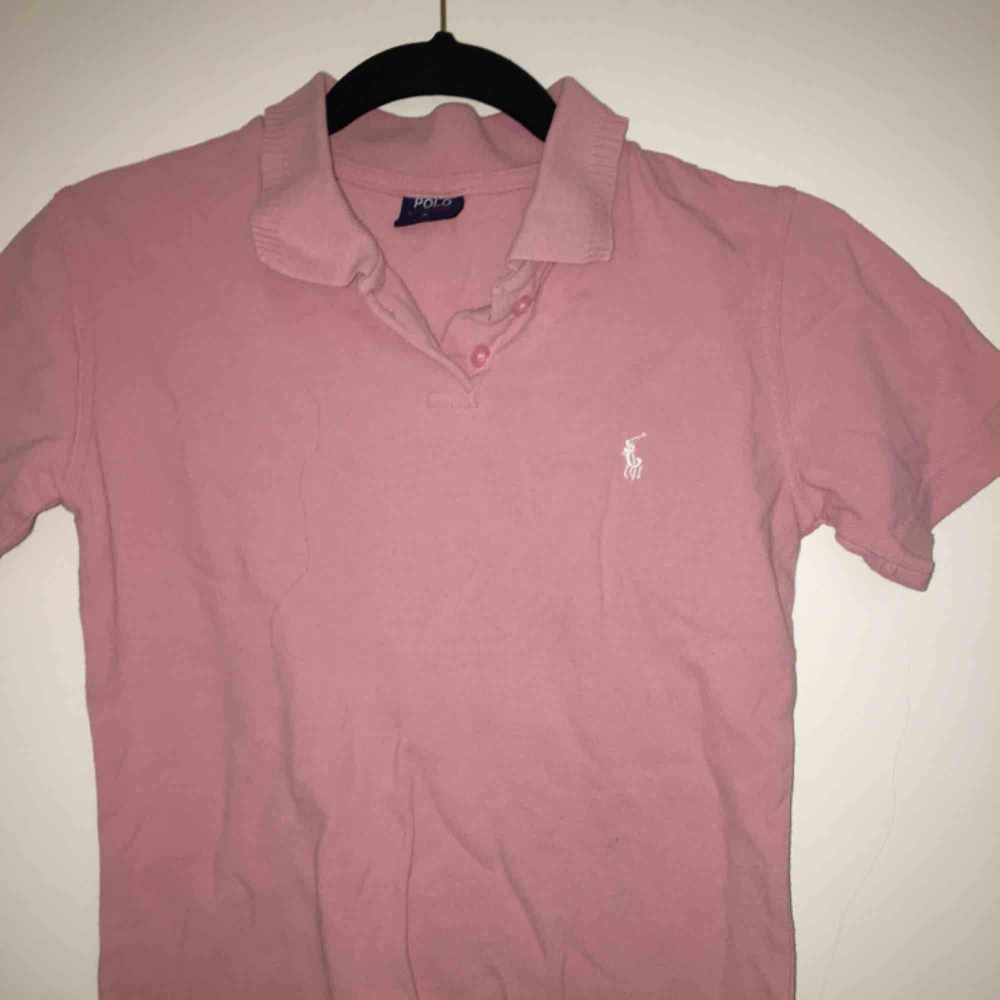 Jätte fin ljus rosa piké tröja från Ralph Lauren köpt i USA💛 Är storlek M men sitter mer som en S, frakt tillkommer 💌. T-shirts.