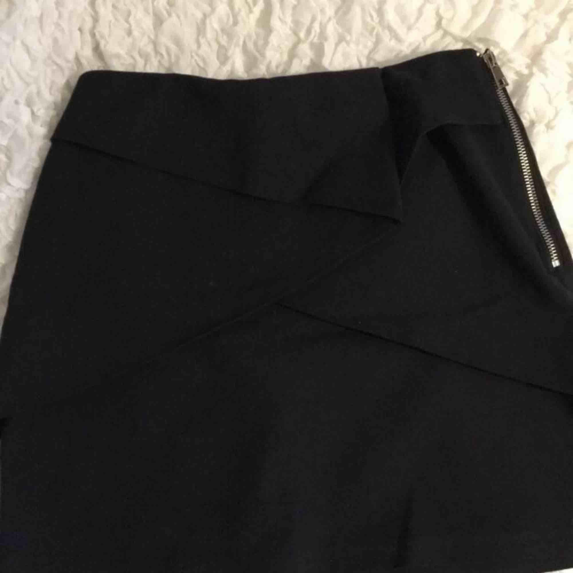 """Suuuper fin kjol från Zara i en marinblå färg💜 Den har några """"lager"""" som går lite omlott, jätte snygg detalj! Frakt tillkommer💌. Kjolar."""