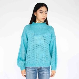 Vintage 90s knot structured low turtle neck sweater in turquoise size XS-S SIZE Label missing, fits best XS-S Model: 165/XS Measurements (flat): length: 51 cm pit to pit: 57 cm sleeve inseam: 41 cm sleeve width: 21 cm