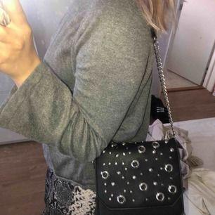 Axelbandsväska från Zara i nyskick!!! Mycket får plats då det finns två fack inuti. Supercool design! Nypris; 450kr. Fler bilder går att skickas vid intresse 🧝🏼♀️⚡️