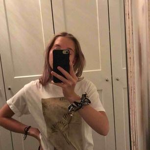 Jättesnygg T-shirt från Pull and bear Aldrig använd Nypris ca 200kr Skulle säga att den passar S också då jag är En Xs/S