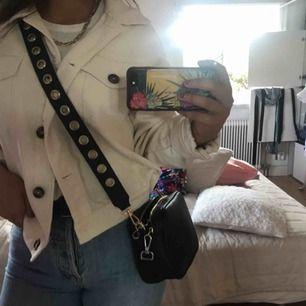 Svart liten väska med fint axelband :) köpare betalar frakten