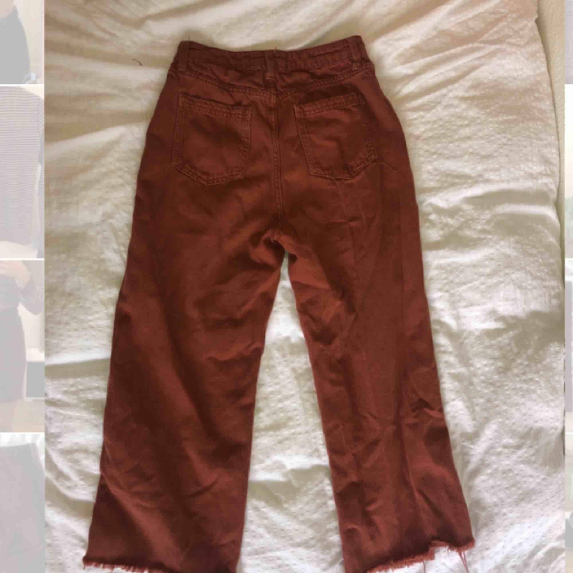 Avslappnade tegelröda högmidjade brallor, fransade nertill. höga fickor så sitter bra i bak så att säga. Köpt på urban outfitters. Använda och älskade men nu försmå, fortfarande hela och i behov av ny ägare<3. Jeans & Byxor.