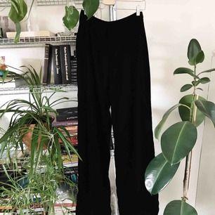 Suuuperfina svarta sammetsbyxor från Indiska. Med hög midja och raka ben. Så mjuka och sköna. Nice 🍑 pants!!! Hehe. Storlek 36. Nypris 399kr
