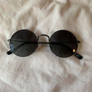 Svarta, runda solglasögon, knappt använda. 70kr inklusive frakt! 🖤