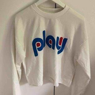 Tunn kortare college tröja, köpt på Carlings. Väldigt sparsamt använd. XS men mer som en S/M. Frakt på 54kr tillkommer.