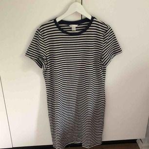 Två simpla T-shirt klänningar ifrån HM basic, perfekt att ha på sommaren men går också att styla upp. Inte använda mycket. Båda två för 50 kr + frakt.