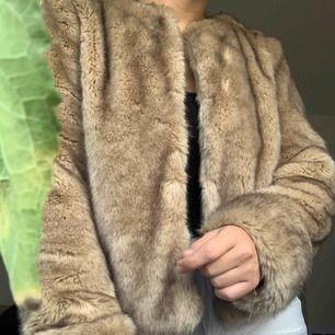 Beige pälsjacka (fakepäls) från zara, priset är inklusive frakten 🌸