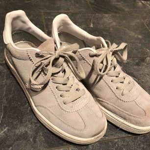 Gråa Ellesse sneakers. 250kr inklusive frakt!