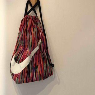 Nike-gympåse i fina färger. 120kr inklusive frakt!