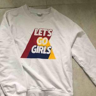 Supersnygg sweatshirt från Monki som tyvärr aldrig kommit till användning. Passar XS snyggt oversized men även S & M Frakt: 50kr 🥰