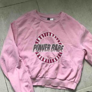 Rosa sweatshirt från H&M, supermysig på insidan. Ganska croppad! Skickas med spårbar frakt som kostar 50kr 🥰
