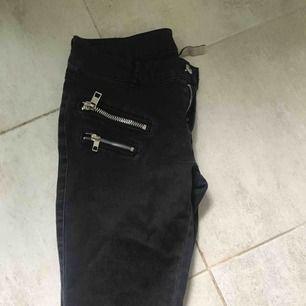 Jeans från Mango i urtvättad svart färg med dragkedjedetaljer. Stretchiga! Skickas med spårbar frakt som kostar 50kr ❤️
