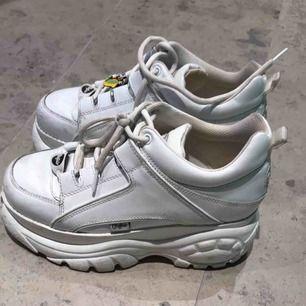 Vita låga Buffalo skor i bra skick! Tvättas av extra innan!  Nypris: 1700kr