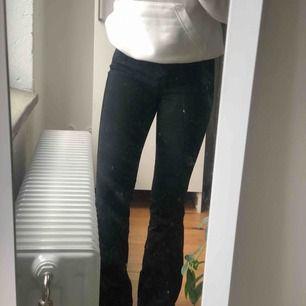 Höga dr denim bootcut jeans i svart, högmidjade. Knappt använda! Är 1.57, kanske lite lite långa för mig! Funkar nog om man är lite längre. 150 kr inklusive frakt