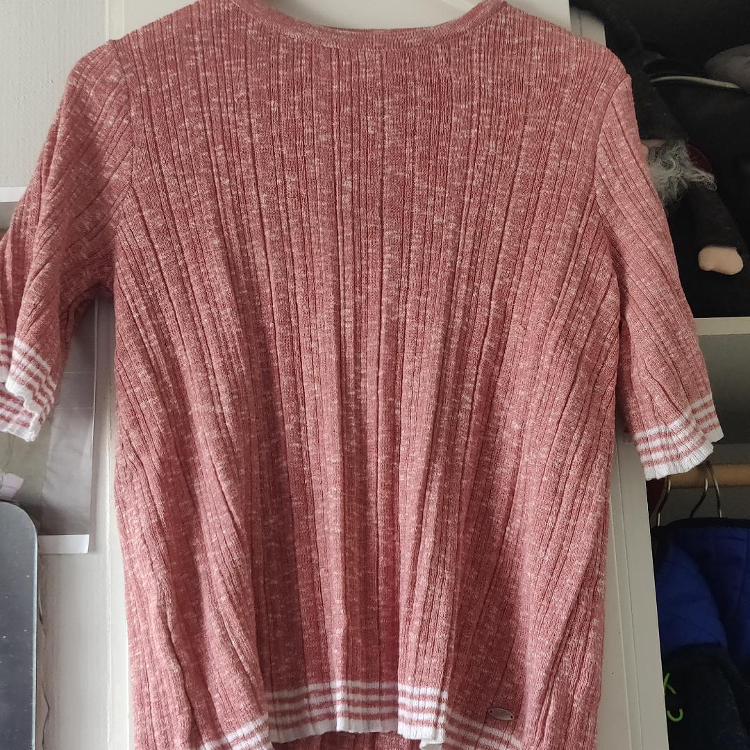 Ny fräsch tröja från Dobber. Använd två gånger. Gammelrosa/ svag laxfärg. Stickat.