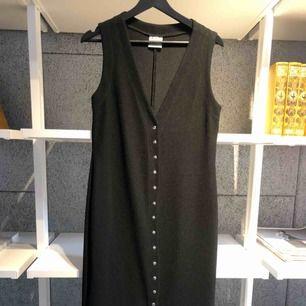 Smickrande svart klänning från 90-talet, köpt på Humana i våras. Lite tjockare tyg som fallet väldigt snyggt på. Väldigt bra skick. Tyvärr för liten för mig.