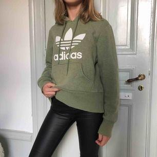 Säljer denna lite oversized hoodie från adidas. Bra skick och väldigt skön 💚