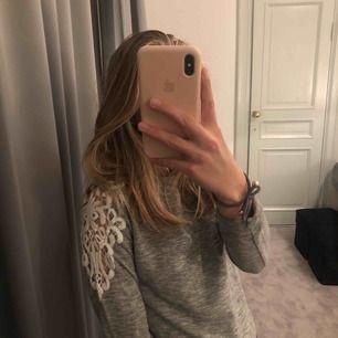 Säljer denna tröja från Cubus som tyvärr blivit för lien för mig. Den är köpt från barnavdelningen, men den passar som en XS. På sidorna sitter spets som syns på andra bilden. Bra skick och mycket bekväm :)