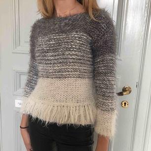 Säljer denna stickade tröja från Zaras barnavdelning. Tröjan passar som en XXS och möjligtvis XS (om man vill ha ärmarna lite kortare). Bra skick och bekväm! :)