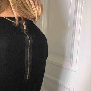 Säljer denna stickade tröja från Zaras barnavdelning. Jag skulle säga att tröjan passar en XXS eller möjligtvis XS (om man vill ha den kortare i ärmarna). På baksidan sitter även en guldig dragkedja som syns på andra bilden. Bra skick och bekväm!
