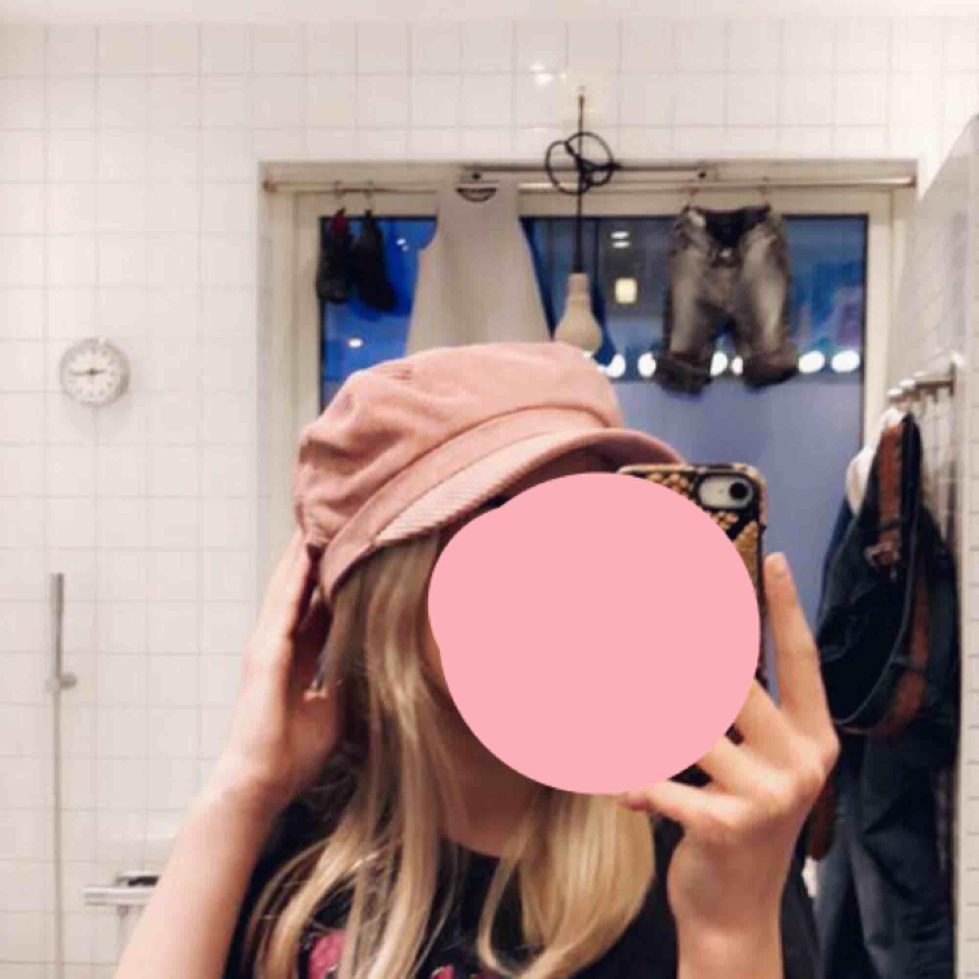 Snygg hatt (båt keps) rosa Manchester! Snygg till massa saker men mest om man har något rosa till! Snygg detalj💓  . Accessoarer.