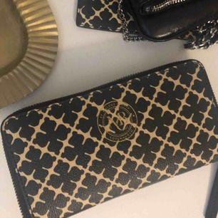 Plånbok från Malene Birger. Typ aldrig använd bara legat som prydnad i rummet så som ny. Köpt för 1600kr. Köparen står för frakt