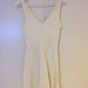 Fin vit klänning från Cubus Använd 1-2 gånger till skolavslutning Köparen står för frakt eller hämtas i centrala Örebro, betalas via Swish eller kontant