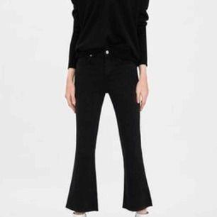 Säljer ett par kick flare jeans i storlek 36 från zara, säljer pga för små! Superfina
