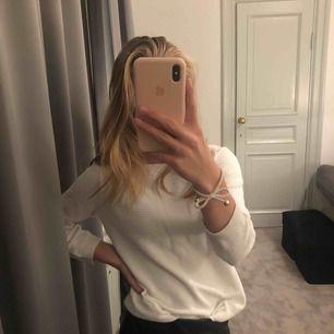 superfin vit tröja från märket Stockholm, i väldigt bra skick! 120 inkl frakt! pris kan diskuteras!!!