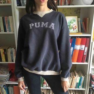 Mysig sweatshirt i storleken Large. Mörkgrå med tryck på framsidan. Frakt ingår ej✨