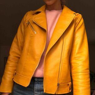 En skitsnygg gul skinnjacka från Zara⚡️ Använder dock tyvärr inte den🥰 Pris kan diskuteras🤙🏻
