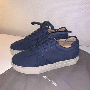 Supersnygga Axel arigato skor i stl 37, använda två gånger. Säljer pga fel storlek. Tredje bilden ger exakt färg på skorna! 700 inkl frakt