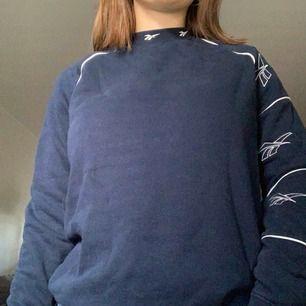 Reebok sweatshirt köpt på urban outfitters för några år sen, bra skick sparsamt använd, 👮🏽♂️Frakt: -👮🏽♂️
