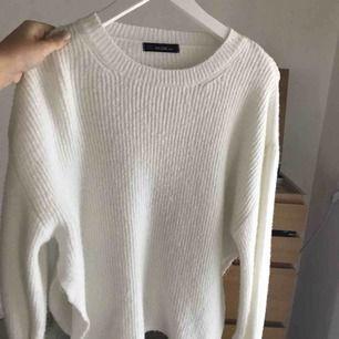 Vit stickad tröja från Chiquelle med knytningar i ärmarna. Supermysig! Aldrig använd.  Skickas med spårbar frakt som kostar 50kr 🥰
